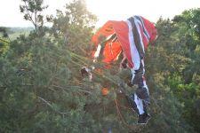 Motoparalotniarz zawisł na drzewie